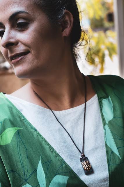 Mulher em busca do saber usando colar difusor pessoal