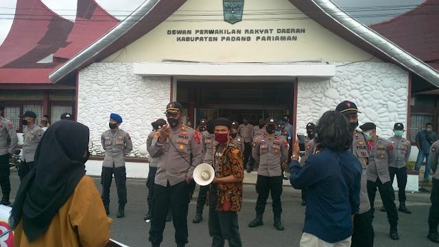 Puluh Mahasiswa Unjuk Rasa Ke DPRD Padang Pariaman, Ini Tuntutannya