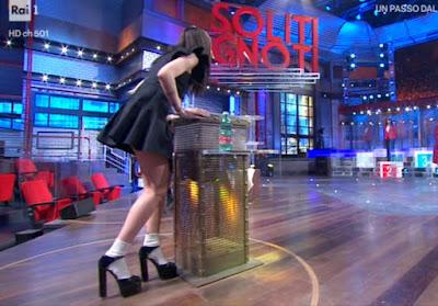 Giulia de Lellis i soliti ignoti abbigliamento manga tacchi alti con calzini bianchi