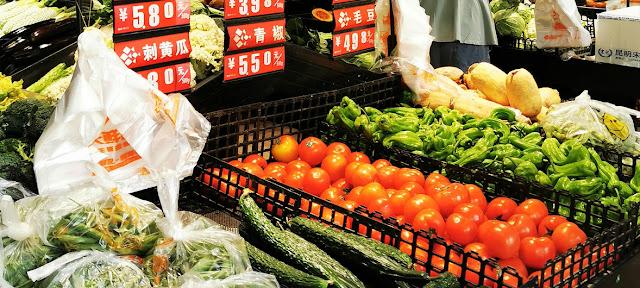 Residentes de la ciudad china de Wuhan comprando en un supermercado local el pasado mes de abril, cuando la ciudad fue reabierta tras un cierre de 76 días.Wang Zheng
