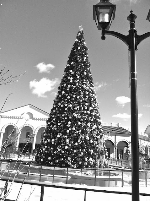 A-Black-and-White-Christmas-Tree