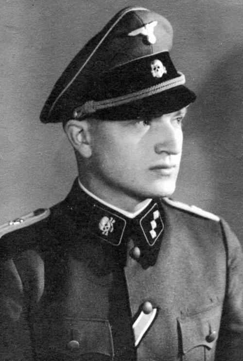 Resultado de imagem para oficial nazista com a insigna da caveira no quepe