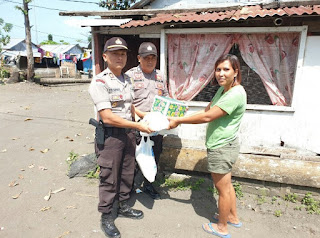 Polsek Amurang Dalam P2S Berikan Santunan Dana Dan Sembako Bagi Warga Kurang Mampu