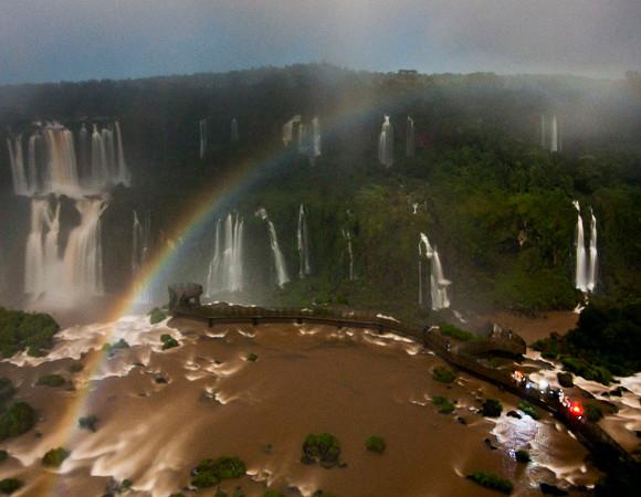 Arco-íris-lunar-nas-Cataratas-Iguacu