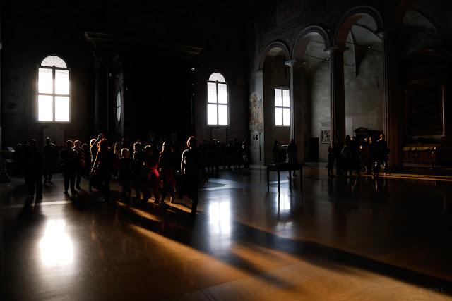 Turisti in visita ad una Chiesa di Roma