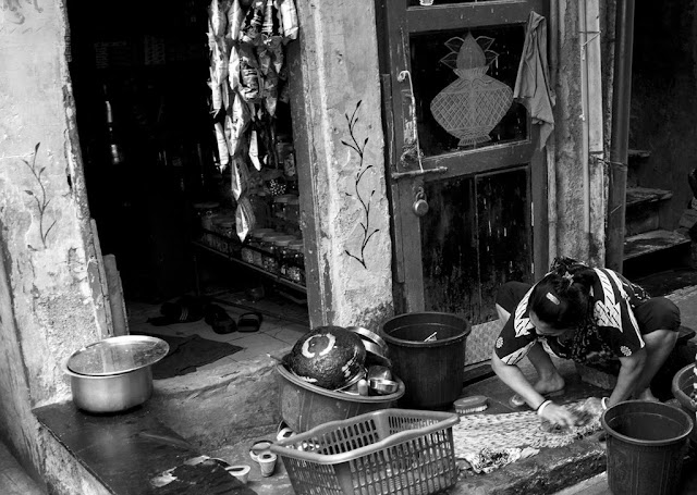 monochrome monday, black and white, black and white weekend, kumbharwada, dharavi, mumbai, india, street, streetphoto, street photography,