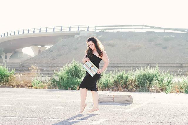 Vestido de femmeluxe y bolso de Carmen Oviedo Atelier