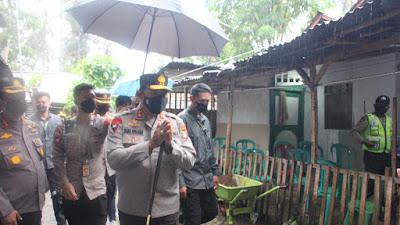 Hujan Deras Tak Halangi Kapolda Sulut Serahkan Langsung Bantuan Sosial
