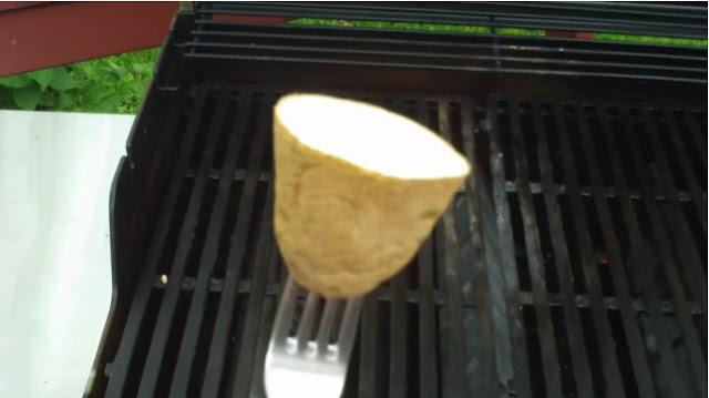 Rezultat slika za Pogledajte zašto roštilj premazuju krompirom, od sada i vi ćete to raditi