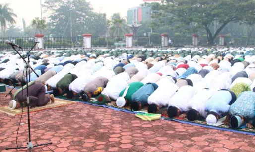 SALAT : The occasion for the implementation of the istisqa prayer for rain was held at the Kalbar Governor's Office Page on Wednesday (18/9). IDIL AQSA AKBARY / PONTIANAK POST