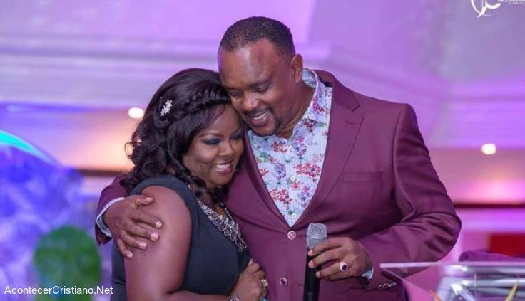 Pastora Kathy Kiuna y esposo