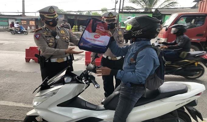 Jajaran Polresta Tangerang Laksanakan Penyekatan di Jayanti, Sambil Bagikan Masker dan Beras