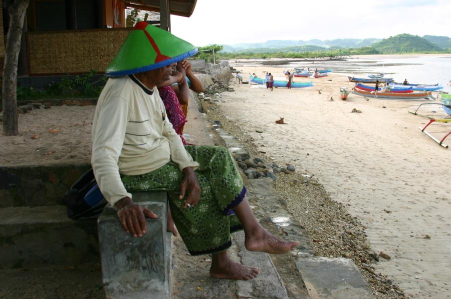 해변에 앉은 노인