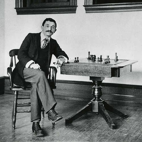 « La victoire dans une partie d'Echecs appartient la plupart du temps à celui qui voit un peu plus loin que l'adversaire » affirmait Emanuel Lasker (1868-1941)