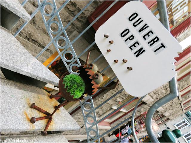 Cartel de Abierto en una de las Tiendas del Viejo Quebec