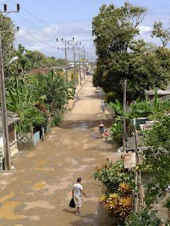 Baracoa, Kuba, Calle Rodney, unbefestigter, schlammiger Weg nach Regen.