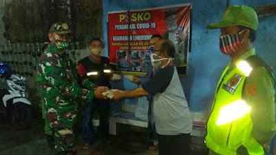 Jelang sahur Koramil 04/Jebres bagikan Nasi bungkus kepada warga
