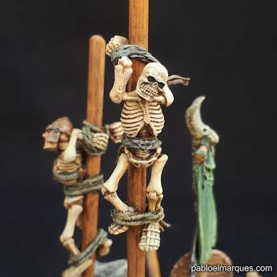 Barricada orca: pieza con esqueletos