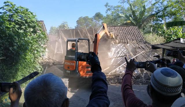 Bangunan di eks lokalisasi Bebekan dibongkar