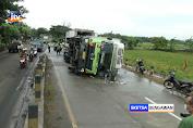 Mengantuk, Truk Tronton Terguling Usai Hantam Pembatas Jalan