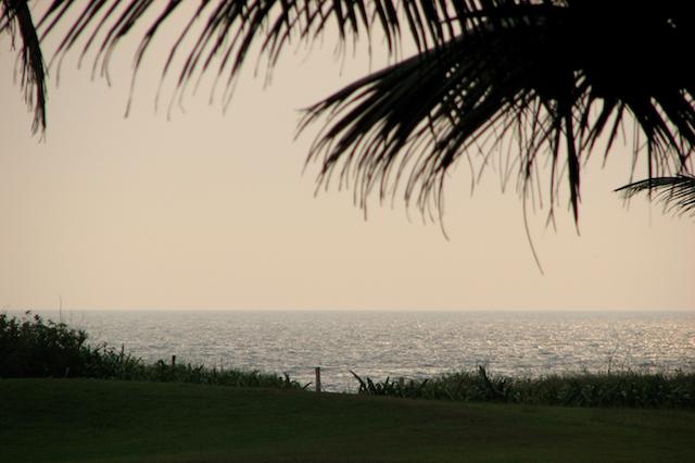 Näkymä Hotel Park Hyattin puutarhasta Arabian merelle ja auringonlaskuun päin
