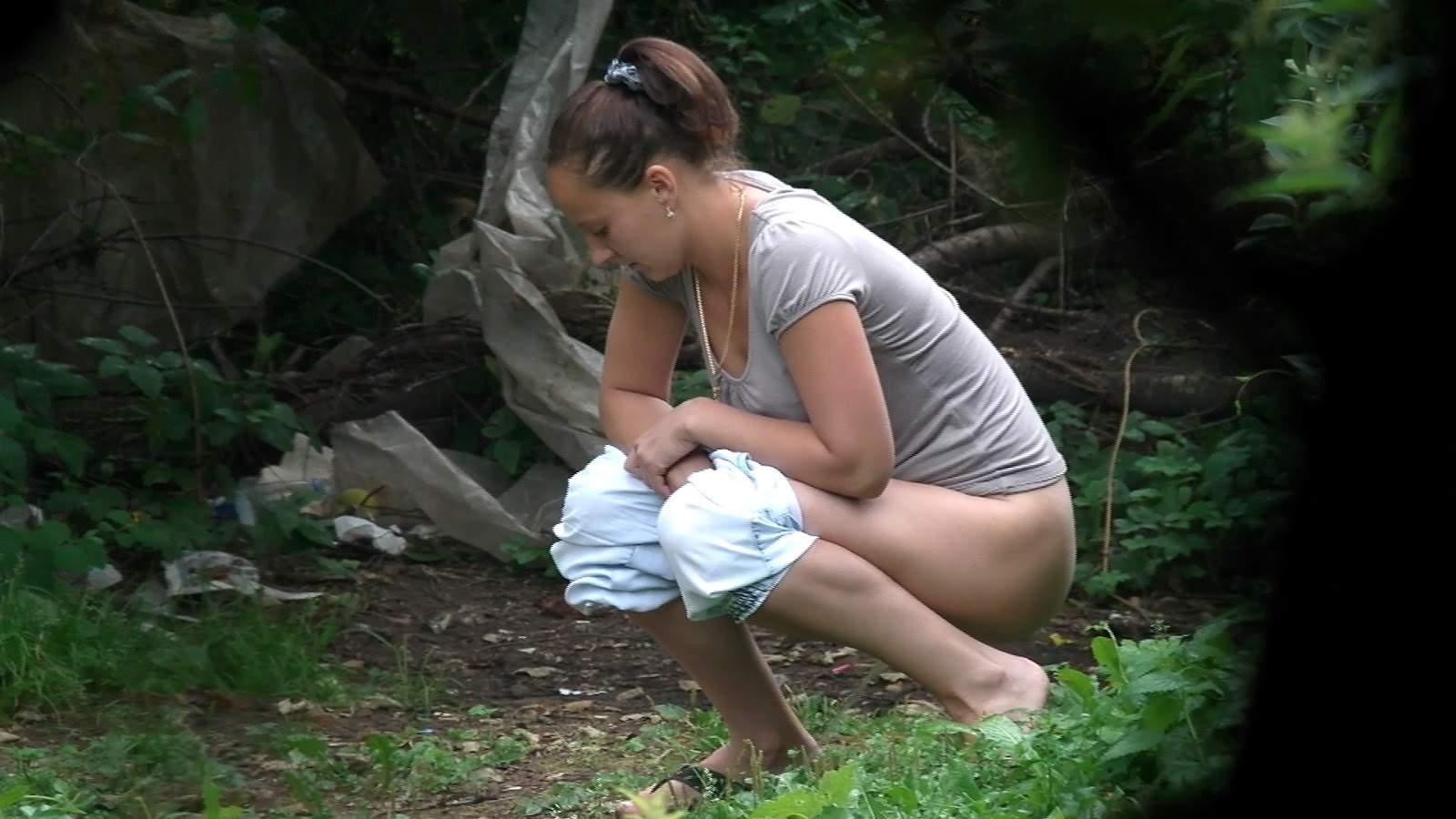 Women peeing in public parks — img 3