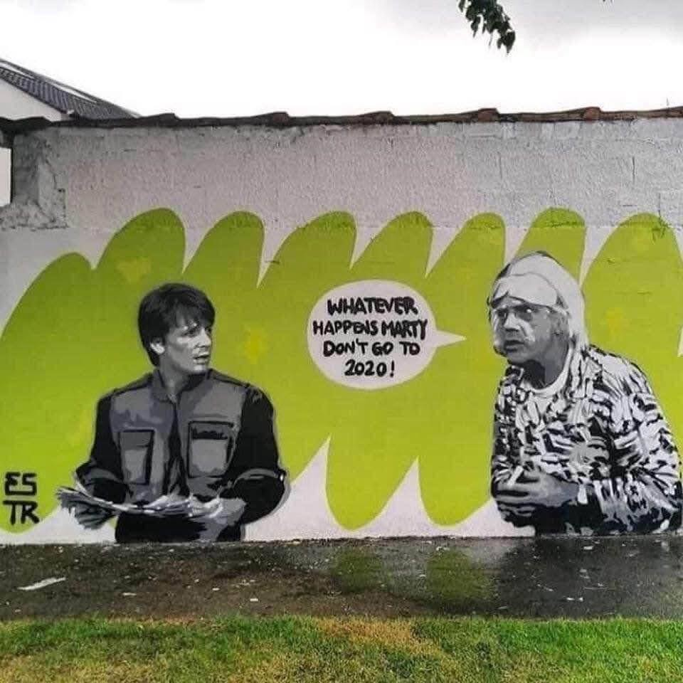 Back to the Future Street Art : おい、マーティ、何があっても、2020年にだけは行くんじゃないぞ ! ! と、ドクがサイテーの出来事が連続の新型トランプ年を警告している「バック・トゥ・ザ・フューチャー」の皮肉なストリート・アート ! !