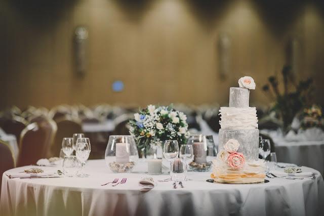 Błękit serenity blue i szary na ślubie