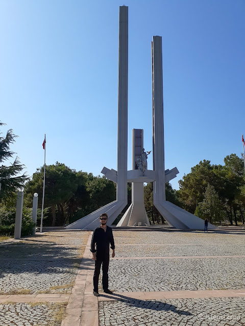 Harun İstenci Lozan Anıtı önünde. - Karaağaç, Edirne