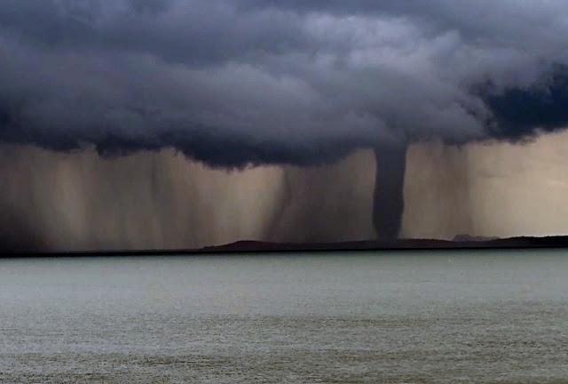 Bahia: Tromba d'água se forma no lago de Sobradinho e assusta populares