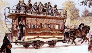 Dibujo de uno de los primeros tranvías, tirado por dos caballos, con viajeros en la parte de superior descubierta. En el lateral se lee: Empresa de Tranvía de Madrids