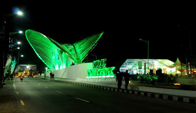 Foto/gambar selamat datang gerbang masuk Kudus Kota Kretek malam hari