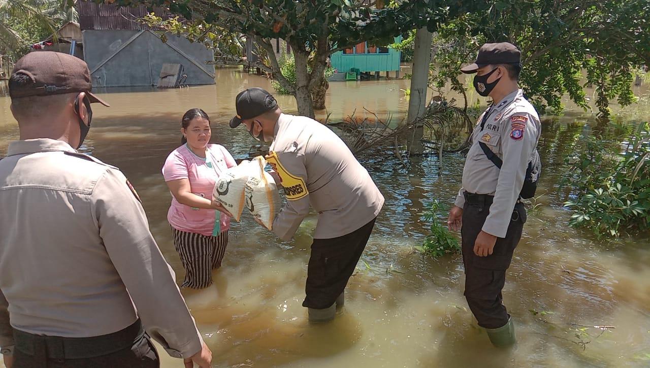 Kabag Ops Polres Katingan Bagikan Bantuan Kepada Korban Banjir di Dua Desa