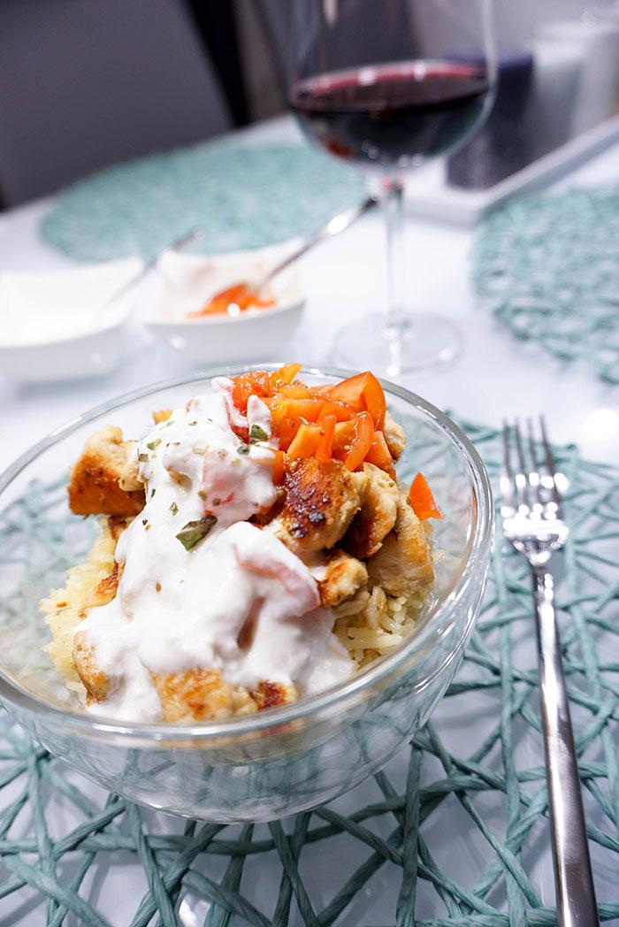 Safranreis mit Huhn, Joghurt-Sauce und Tomatensalsa