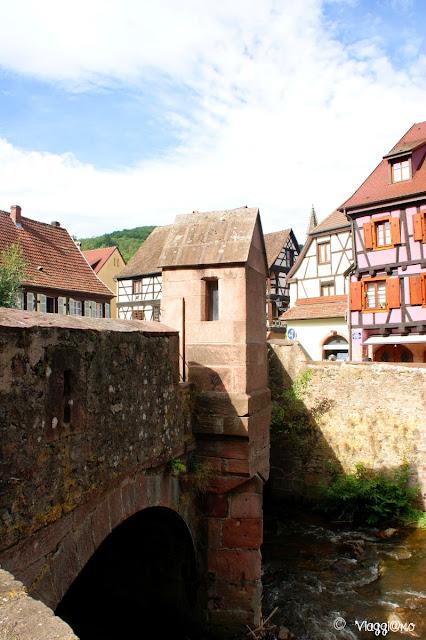 Il ponte fortificato di Kaysersberg con vista sul castello e le case