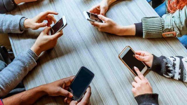 हद से भी ज्यादा मोबाइल का इस्तेमाल करने वाले सावधान, हो सकती है यह गंभीर बीमारी