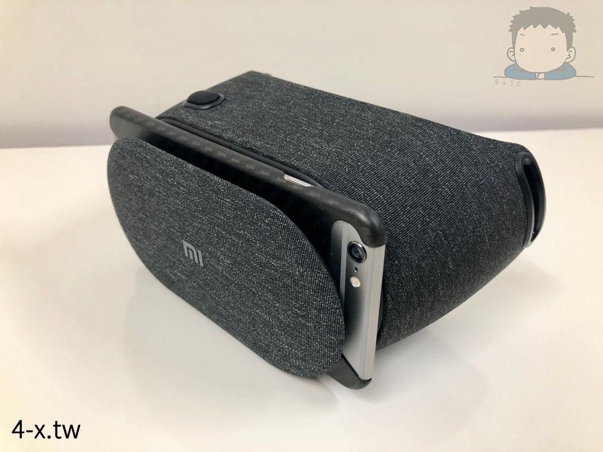 小米 VR PLAY 2 夾著手機