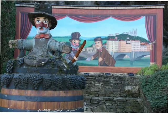 Bâton apéro dans une illustration de Gnafron et Guignol dans la ville de Beaujeu - Beaujolais