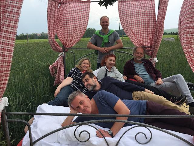 Ein Bett im Kornfeld.