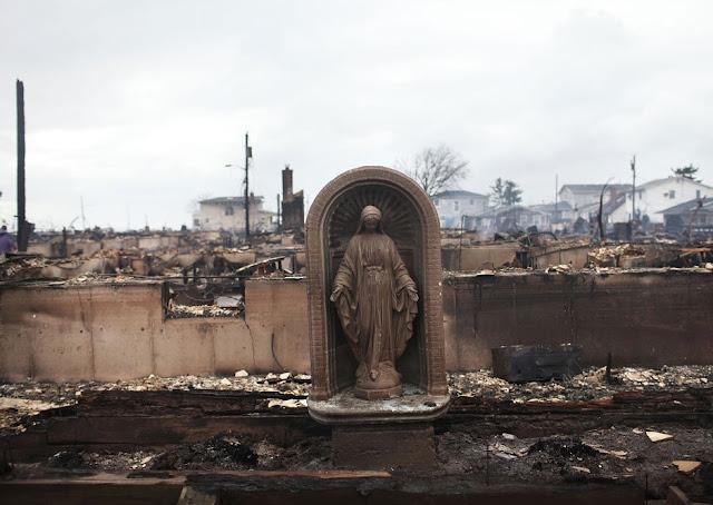 O bairro ficou reduzido a cinzas. Mas Nossa Senhora das Graças ficou em pé, sozinha.
