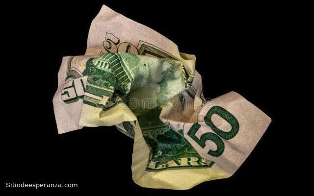 Billete de 50 dólares arrugado