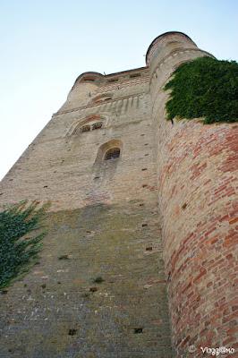 L'alta e imponente torre del CAstello di Serralunga