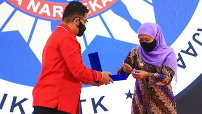 Gubernur Khofifah Terima Lencana Kehormatan Asthabrata  dari IKAPTK