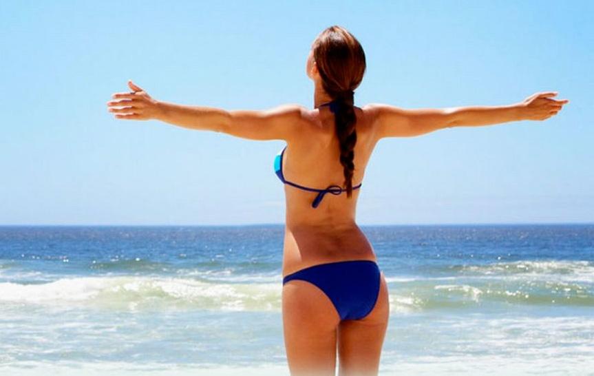 Una donna si gode il mare a novembre