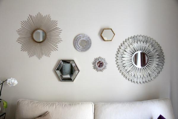 tres macetas sobre la mesa del comedor o la propuesta de poner la pared del sof de enfrente del mueble del tv con una variedad de espejos decorativos