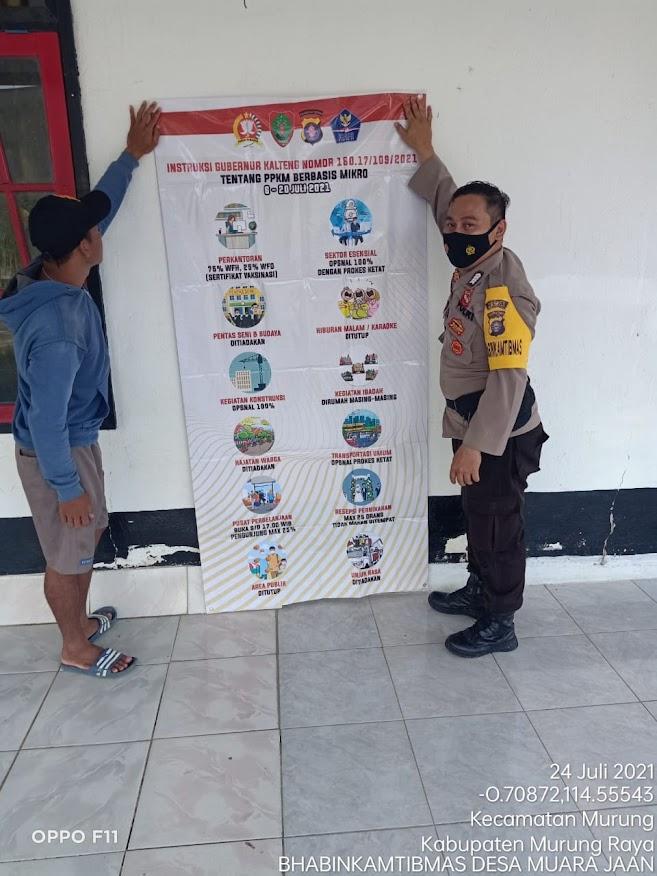 Polsek Murung Sosialisasikan Prokes Dan Pasang Spanduk Intruksi Gubernur Kalteng Di Desa Muara Jaan