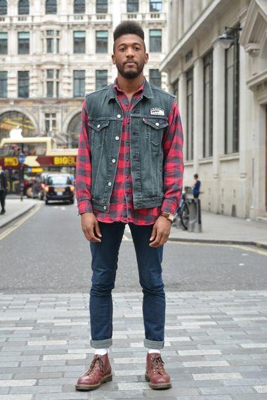 look masculino com colete jeans e camisa xadrez