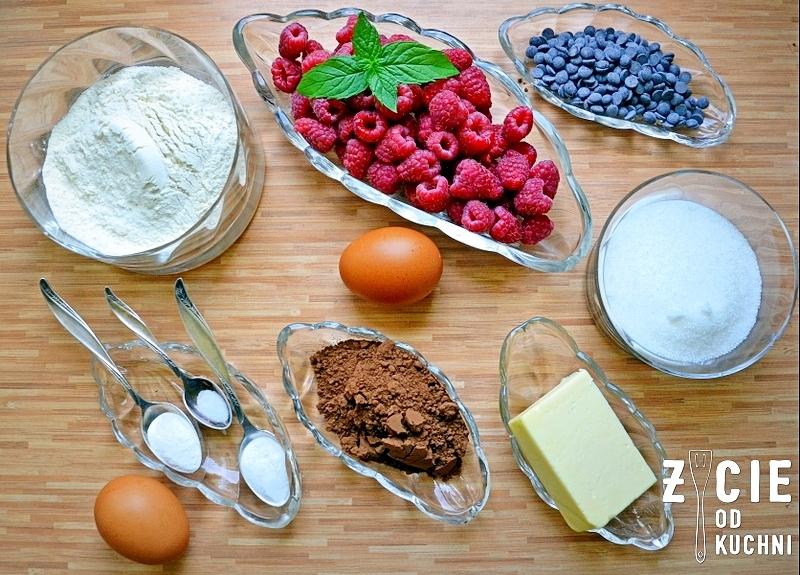 skladniki na muffinki, muffinki czekoladowe, maliny, kakao, muffinki czekoladowe, czekoladowe muffinki z malinami, pyszne muffinki, muffinki z owocami, deser, letni deser, zycie od kuchni