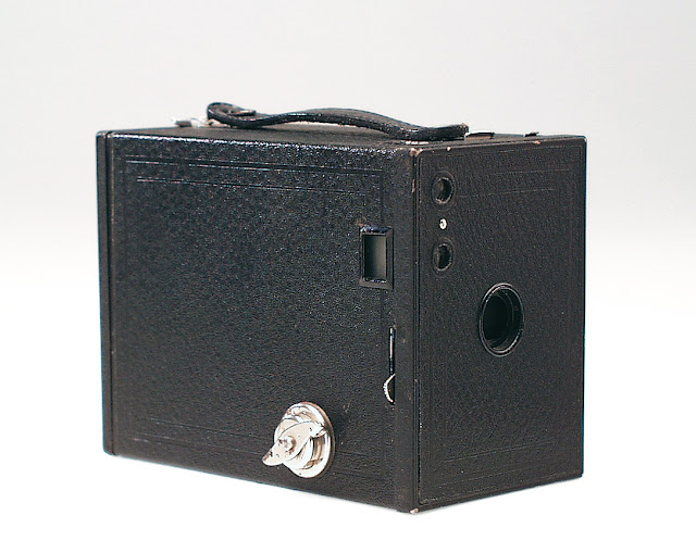 """Cámara de """"cajón"""" Kodak Brownie 2, para rollos 120, originaria de 1901"""