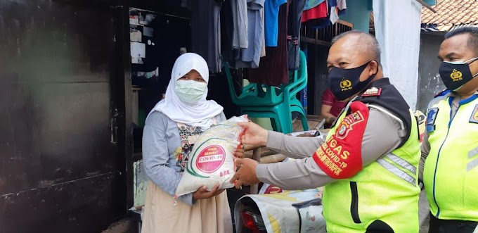 Satlantas Polrestro Depok Bagikan 50 Paket Sembako Warga Kelurahan Tugu
